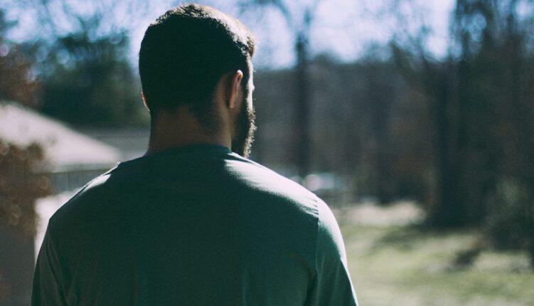 Homem olhando horizonte