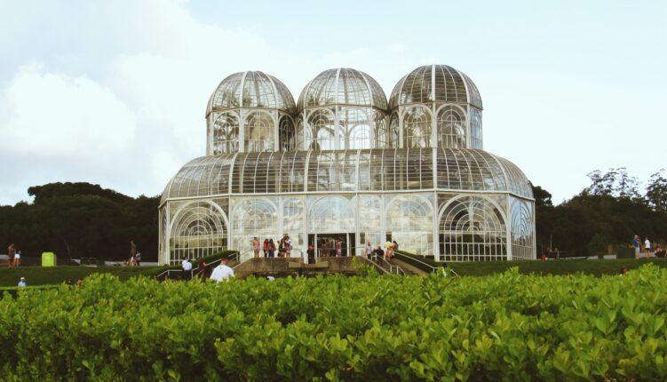 Imagem com a cúpula de vidro do Jardim Botânico de Curitiba